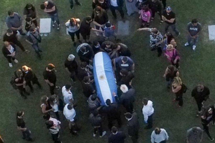 Unos 200 policías custodian el cementerio donde descansan los restos de Maradona