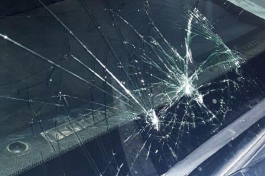 Menores y mujeres atacaron y destrozaron un móvil policial