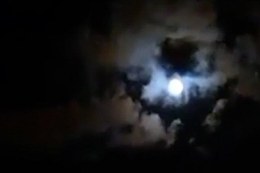 La increíble silueta de Maradona reflejada entre las nubes y la luna en Paraná