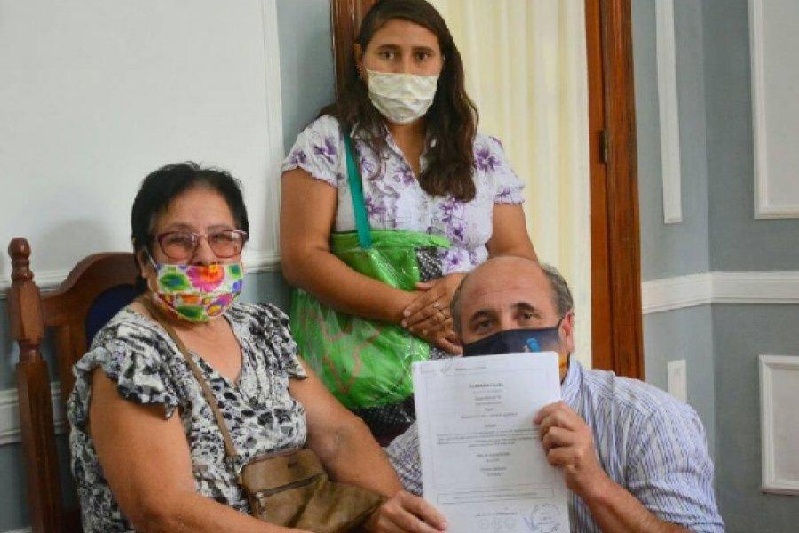 Mercedes: El Intendente hizo entrega de pensiones a vecinos de zona rural