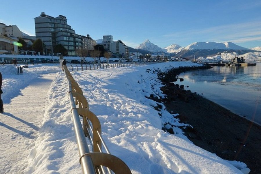 Nieva en Ushuaia en la víspera del comienzo de la temporada de turismo