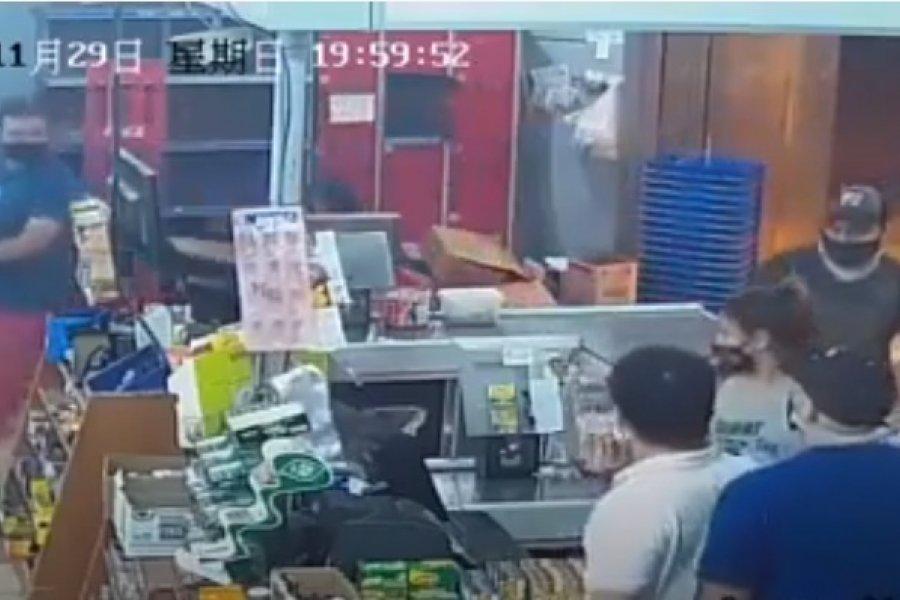 Violento robo a mano armada en un supermercado chino