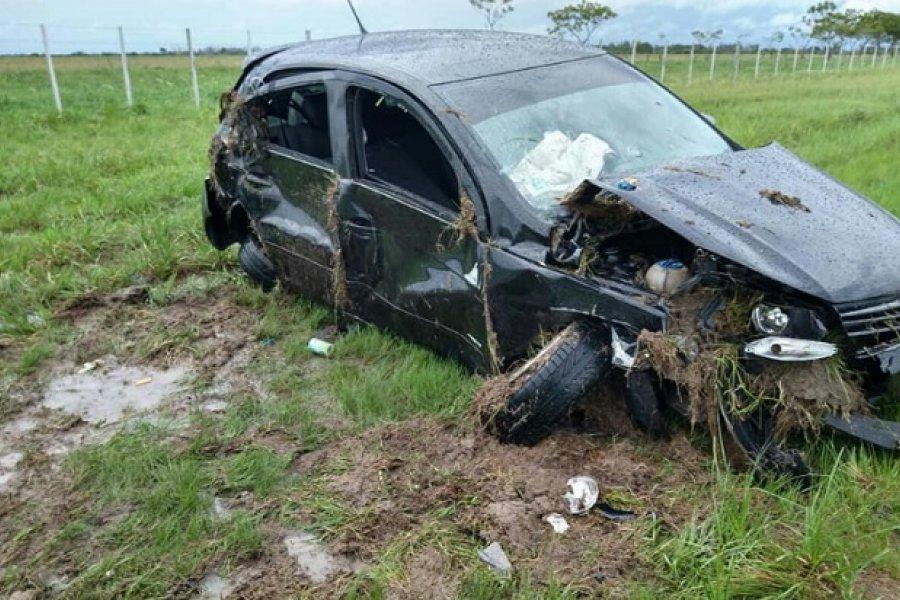 Madre e hijo sufrieron heridas al despistar y volcar su vehículo