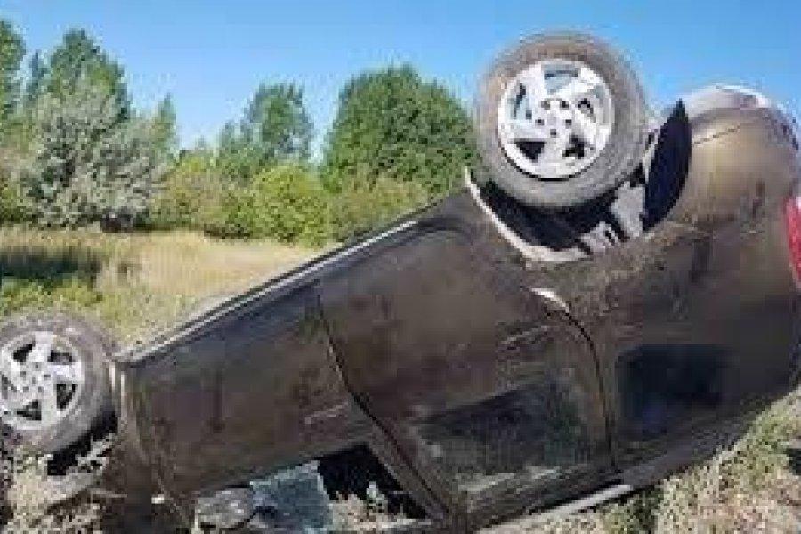 Dos heridos graves al volcar un automóvil por Ruta 120
