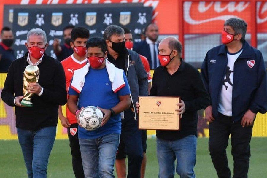 El emotivo homenaje de Independiente a Maradona, con Burruchaga, Bochini y Lalo