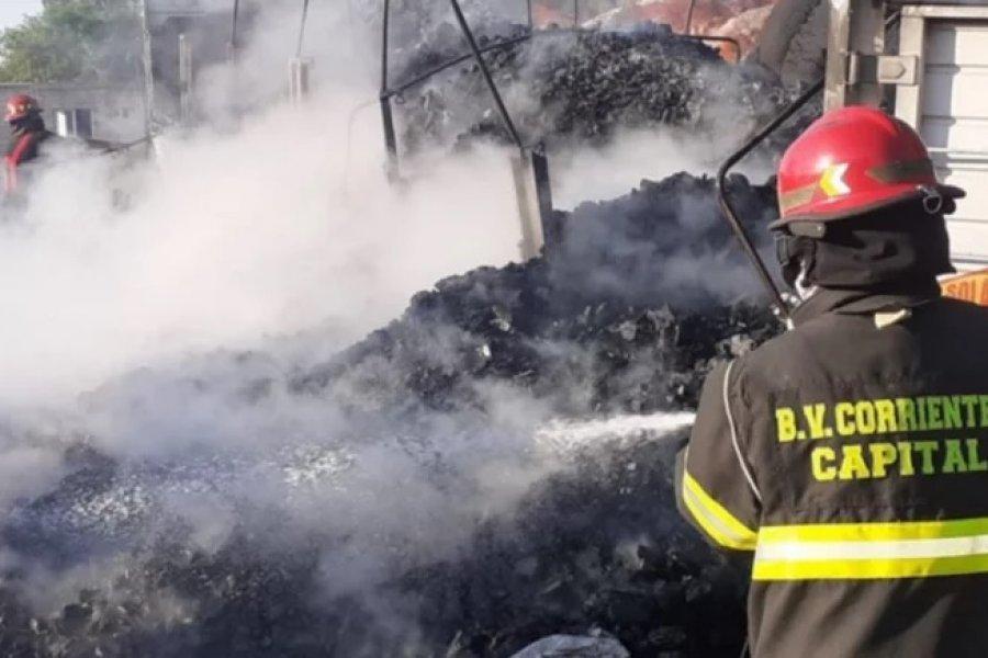 Feroz incendio consumió dos acoplados con carbón y uno con fibra de algodón