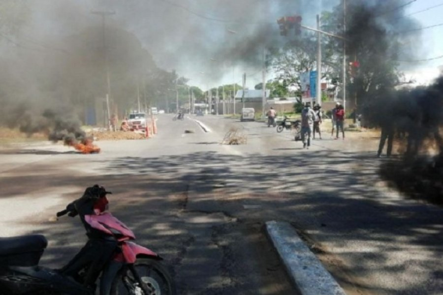 Vecinos que reclaman agua potable cortaron el tránsito en avenida Maipú