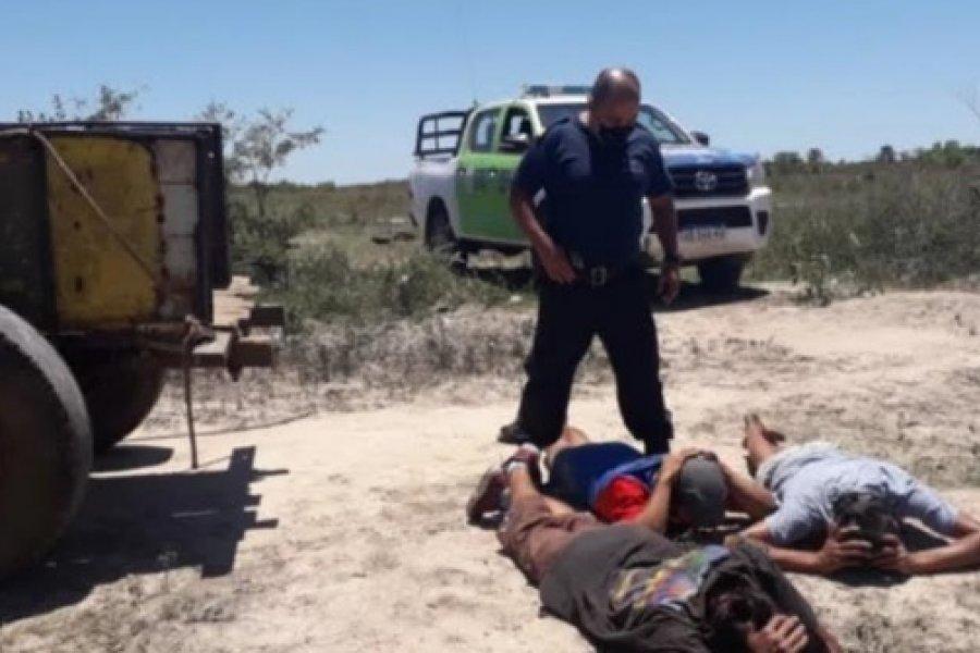 Carreros detenidos por robar un cartel vial