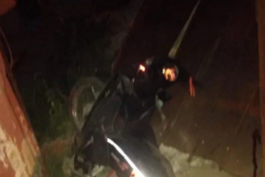 Estaba alcoholizado, robó una moto y chocó contra un portón