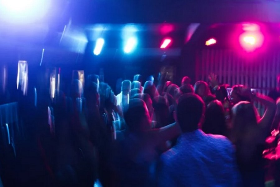 Demoraron al dueño de un bar donde había personas bailando