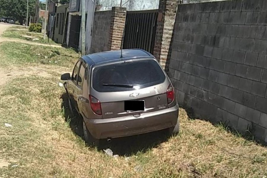 Delincuentes arrojaron cascote al auto de una mujer