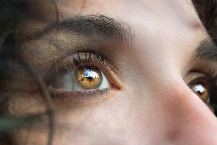8 cuidados naturales para aliviar los ojos irritados