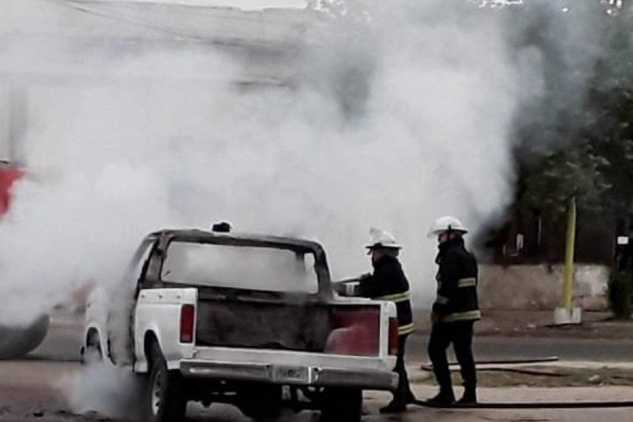 Investigan incendio de una camioneta al costado del Hospital Llano