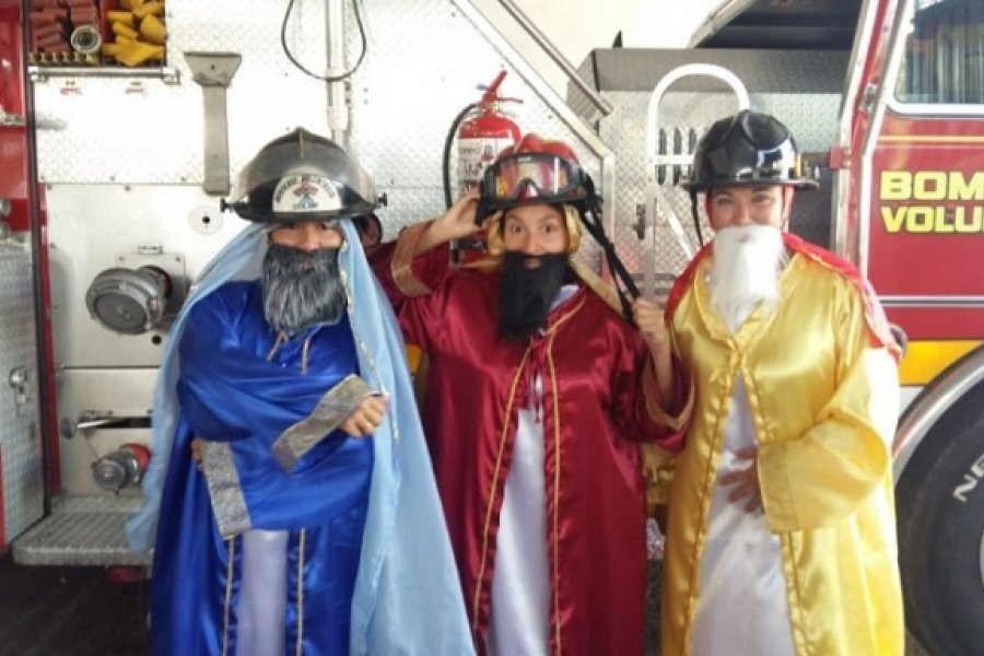 Bomberos voluntarios recolectan juguetes para regalar en Reyes