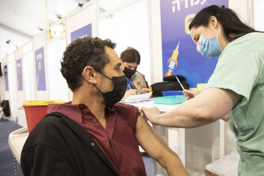 Las nuevas cepas del coronavirus se expanden por el mundo, mientras se refuerza la vacunación