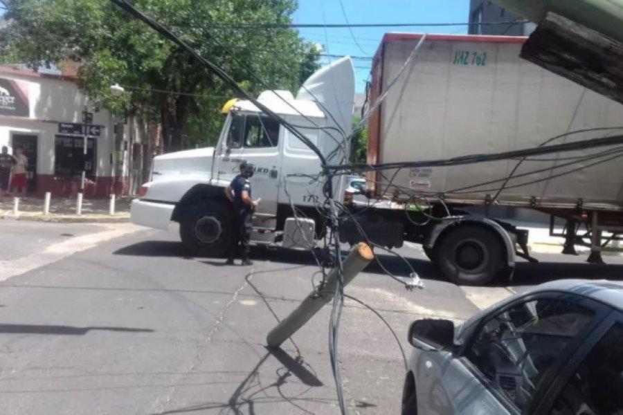 Un camión cortó cables y dejó sin luz a todo un barrio de Capital