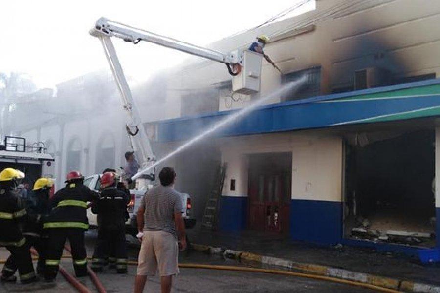 VIDEO| El fuego consumió una farmacia en pleno centro de Curuzú Cuatiá