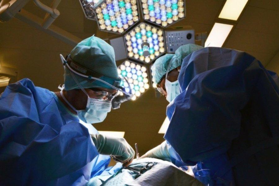 Por primera vez un hombre recibió un trasplante de los dos hombros y los dos brazos