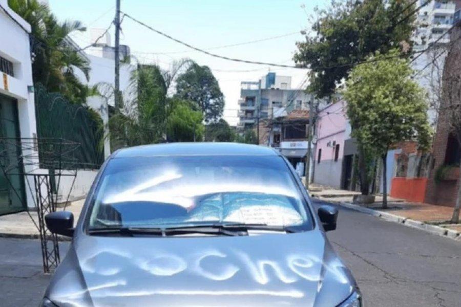Obstruía una cochera y le dejaron un mensaje con aerosol sobre el capó de su auto
