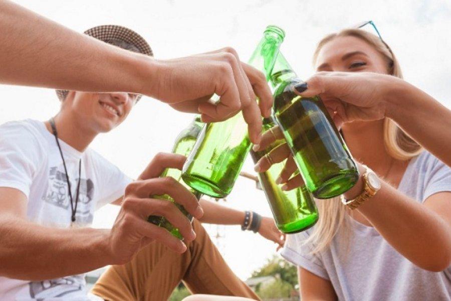 El consumo de alcohol en adolescentes interfiere en su crecimiento y nutrición