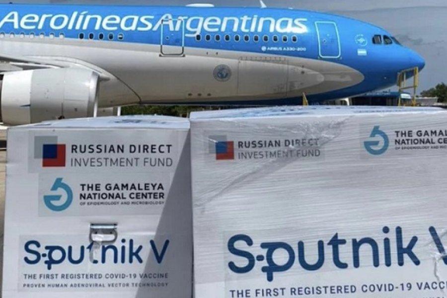 Aterrizó el avión y ya se descargaron las 300.000 dosis de las vacunas Sputnik V