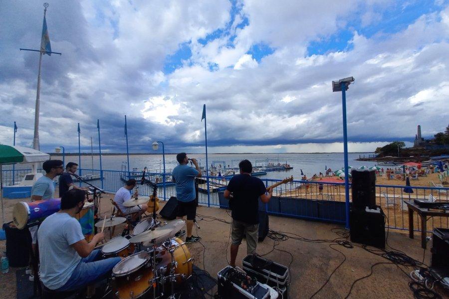 La banda Moderação animó la playa del Regatas