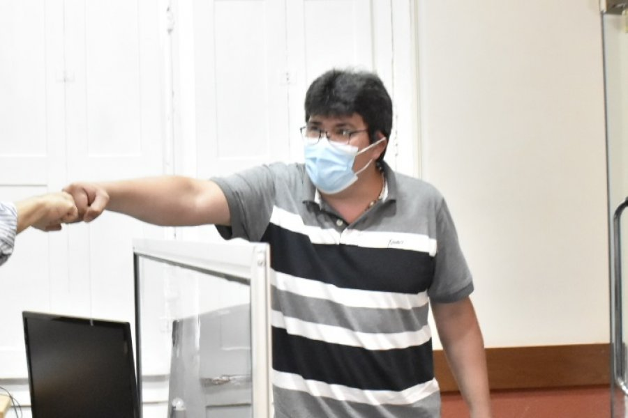 Es médico, está de vacaciones y se ofreció para colaborar en el Hospital de Campaña