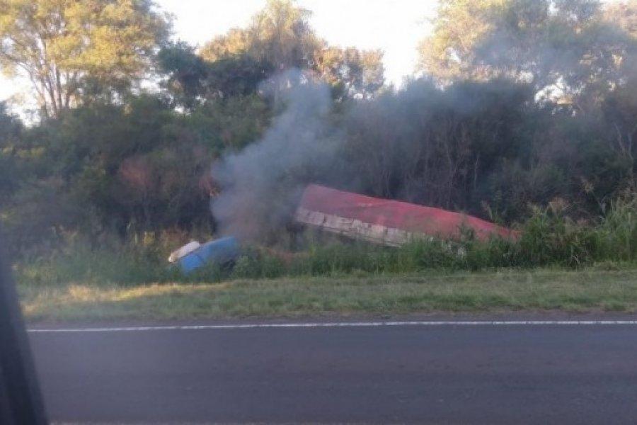 Camionero habría quedado dormido y volcó en Ruta 12