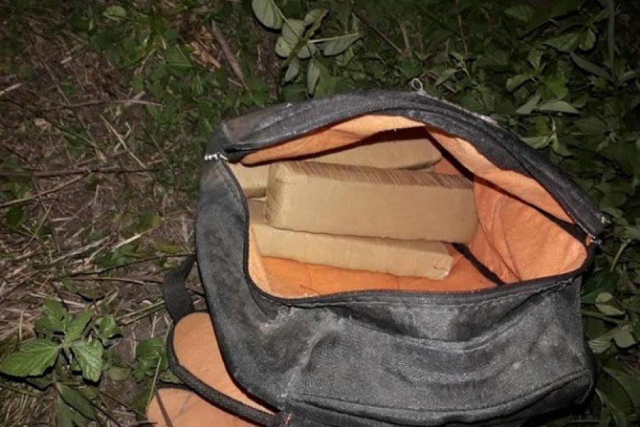 Tras persecución secuestran una mochila con panes de marihuana