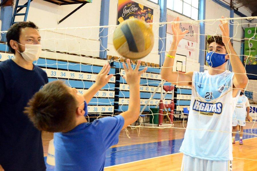 La Escuela Deportiva de Verano cerró la primera semana a puro vóley