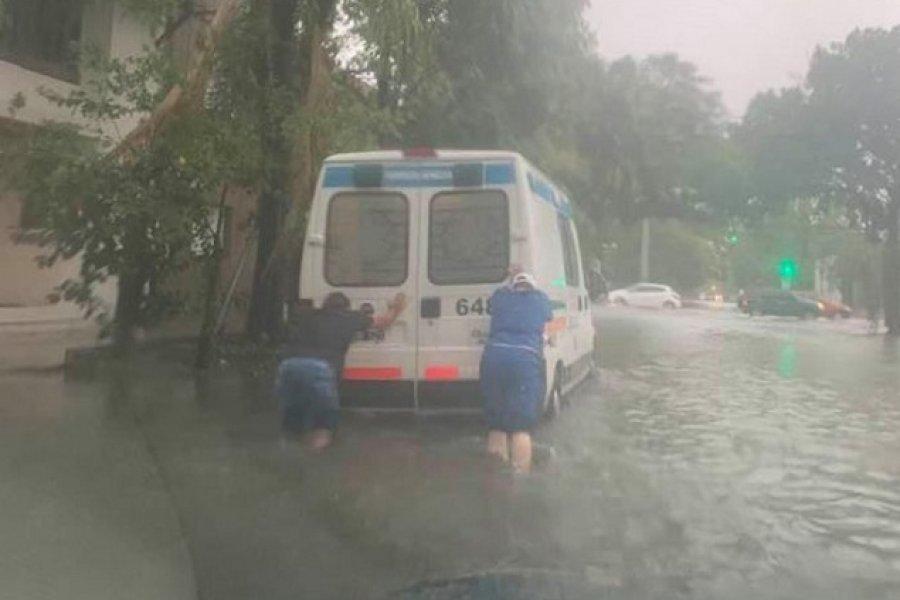 Resistencia: Ambulancia con un paciente grave quedó varada en medio del temporal