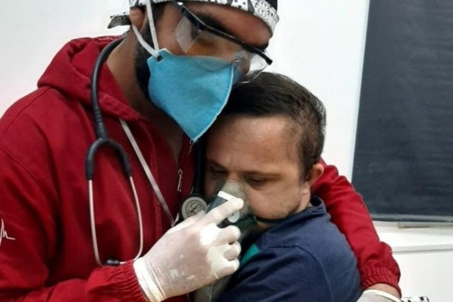 Enfermero se arriesga a contagiarse de COVID-19 para calmar a un paciente con síndrome de Down