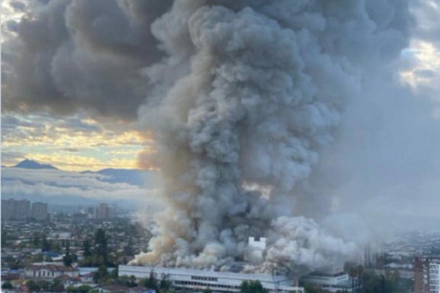Un importante incendio obliga a evacuar uno de los hospitales más grandes de Santiago