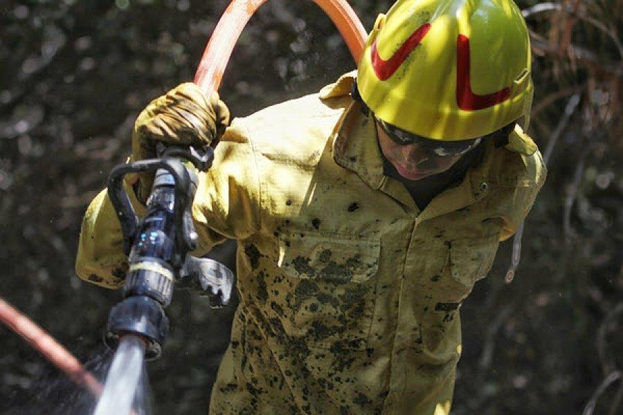 Nación refuerza las tareas para controlar el incendio forestal cercano a El Bolsón