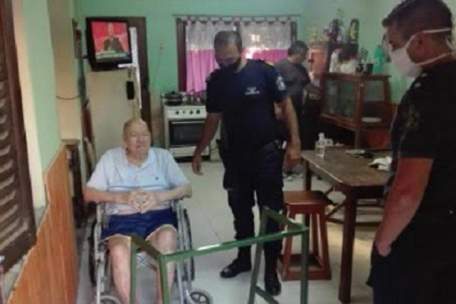 Policías solidarios con un abuelo