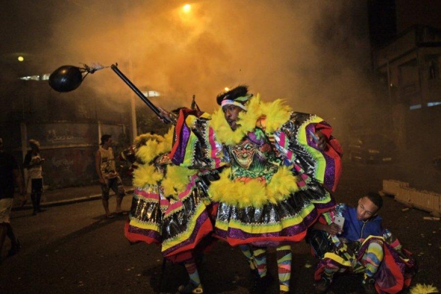 Pese a la suspensión del carnaval, miles de personas copan locales nocturnos y playas en Brasil