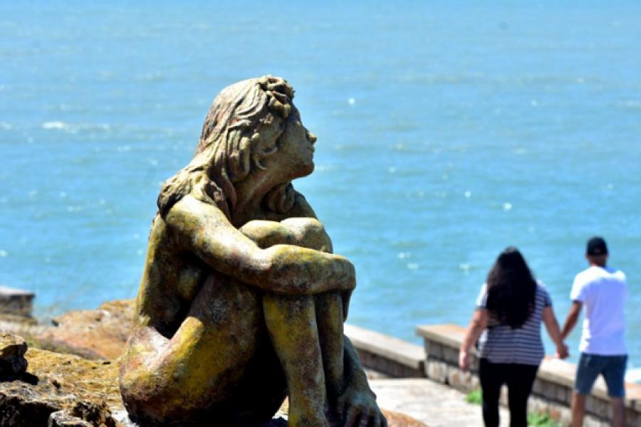 Misterio en Mar del Plata por la escultura de una mujer que apareció frente al mar