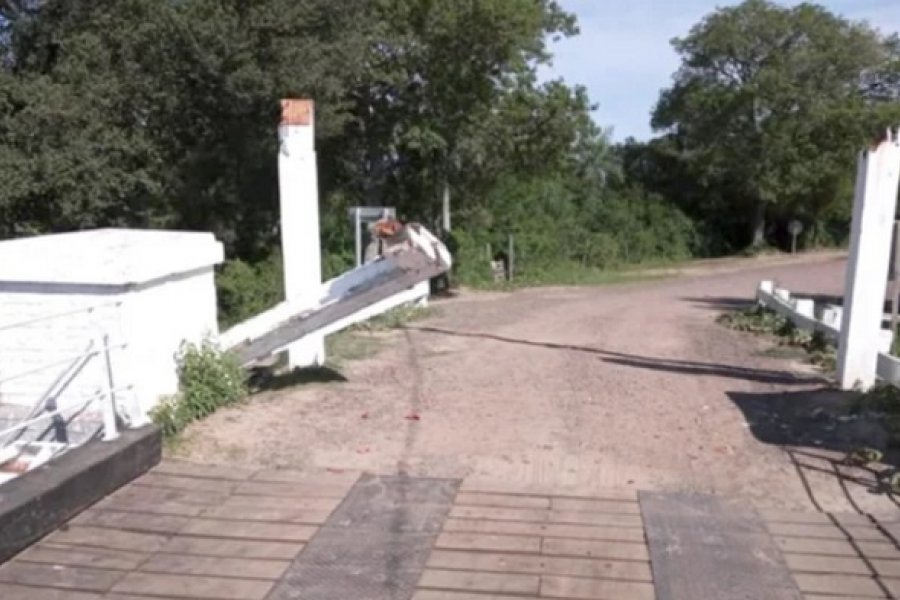 Vehículo destrozó parte del puente Pexoa
