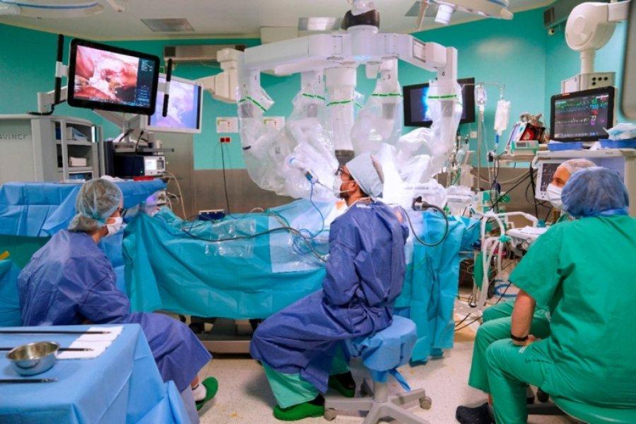 Por primera vez un robot quirúrgico extirpó un tumor a una paciente despierta