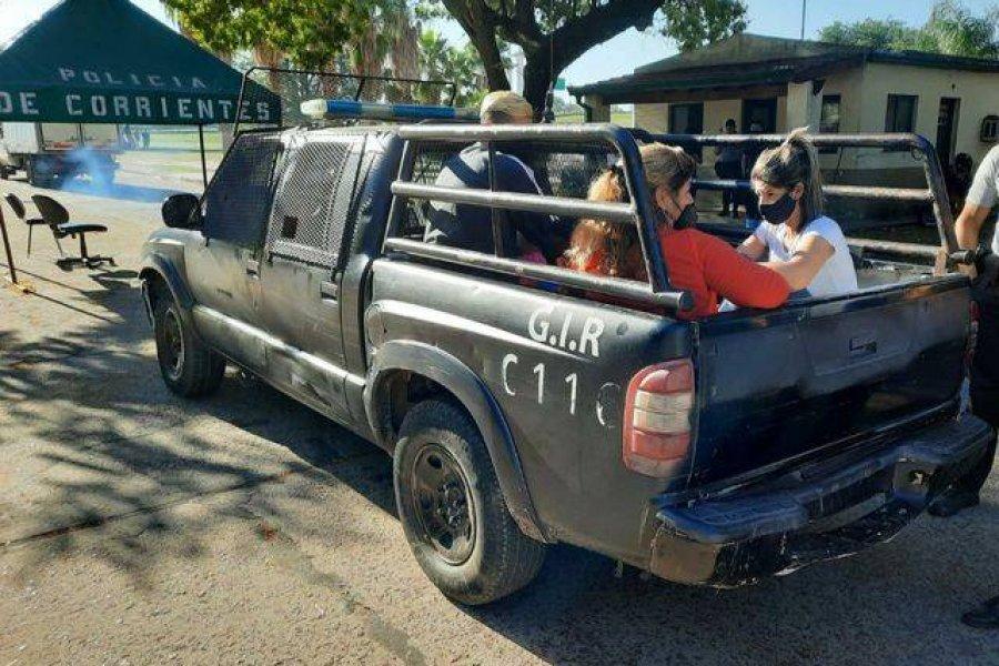 Cruzaron el rio Paraná en canoa para evitar los controles sanitarios