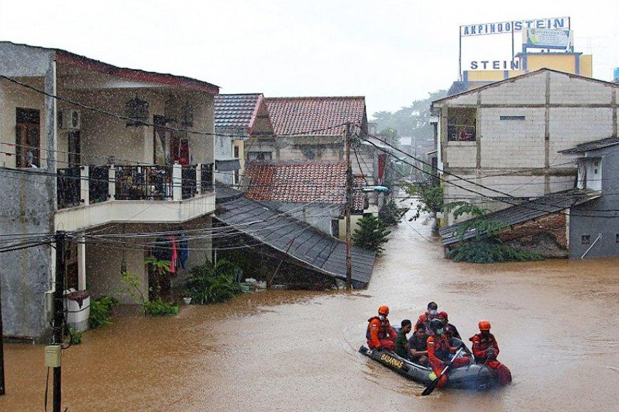 Las inundaciones provocadas por intensas lluvias obligan a evacuar a cientos de personas en Yakarta