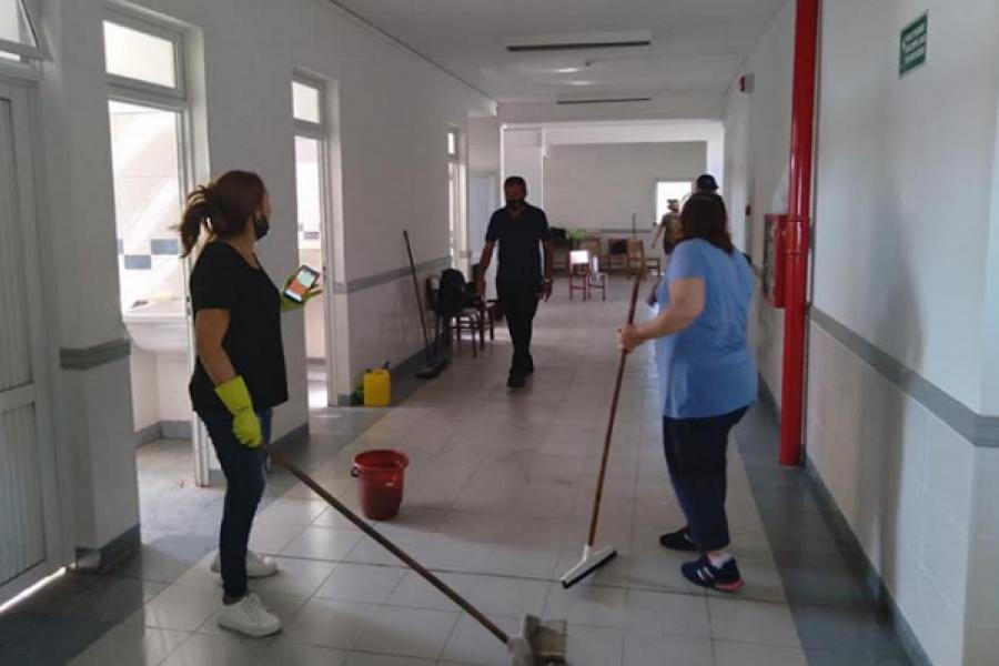 Drama docente: Maestros limpian escuelas en medio de la Pandemia