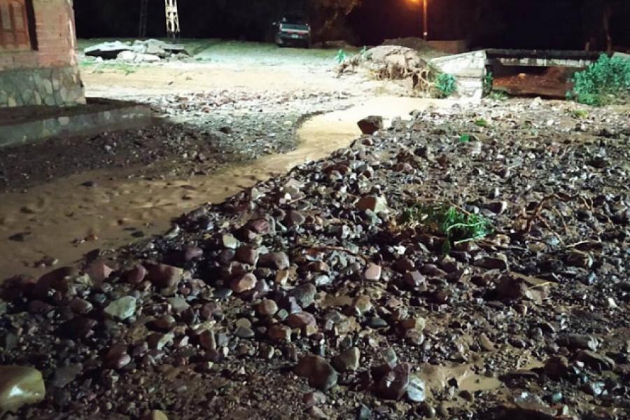 Calles anegadas y una veintena de evacuados por temporal de lluvia y granizo en Humahuaca