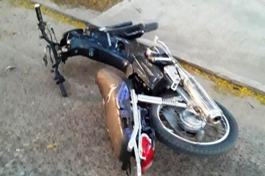 Un joven motociclista falleció al chocar un poste de luz