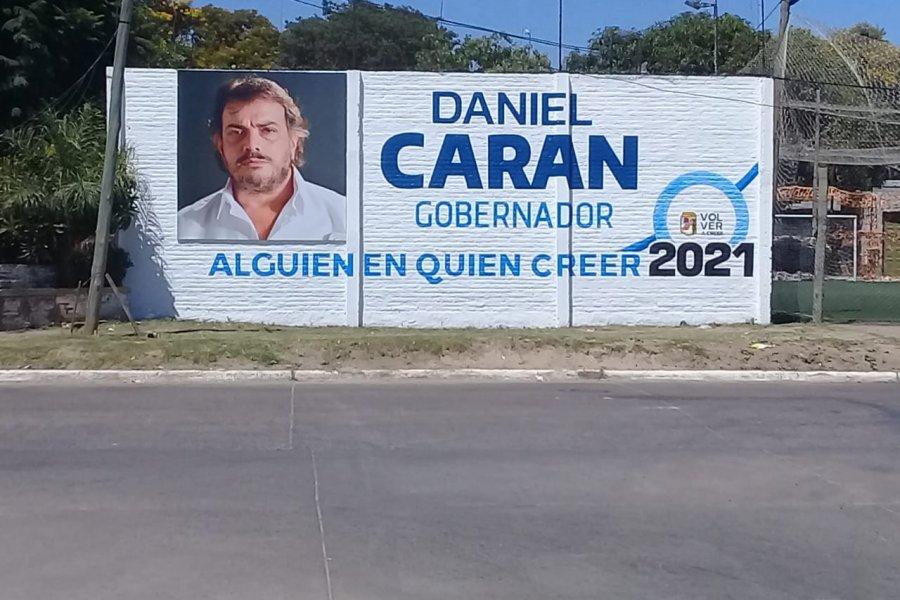 """Marcando presencia: Gigante cartel de """"Volver a Creer"""" en la capital correntina"""