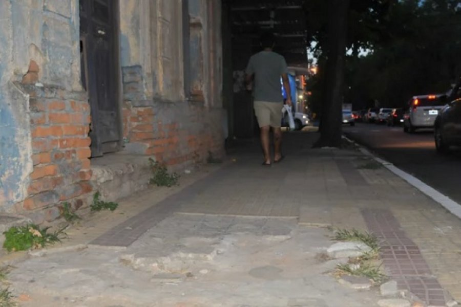 Quejas, malestar y peligro por el estado de las veredas en la ciudad