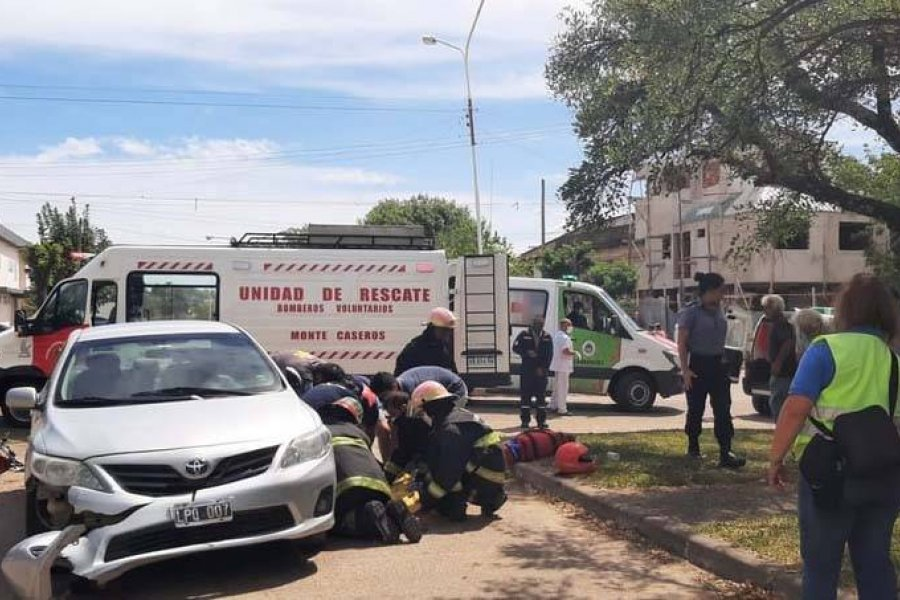 Un motociclista murió tras chocar con el auto que conducía su padre