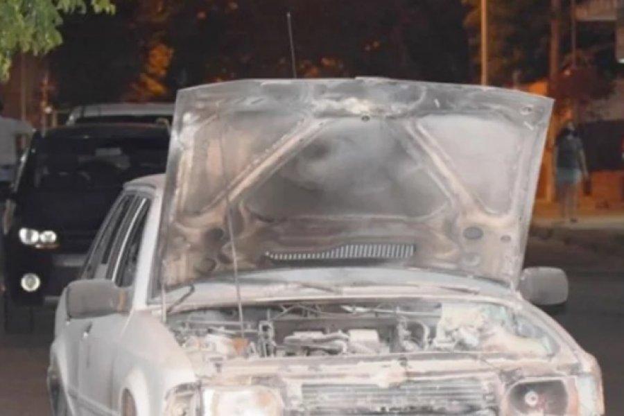 Un auto se prendió fuego cuando transitaba por Pedro Ferré