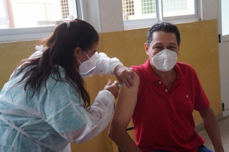 Alegría del primer docente vacunado en Corrientes