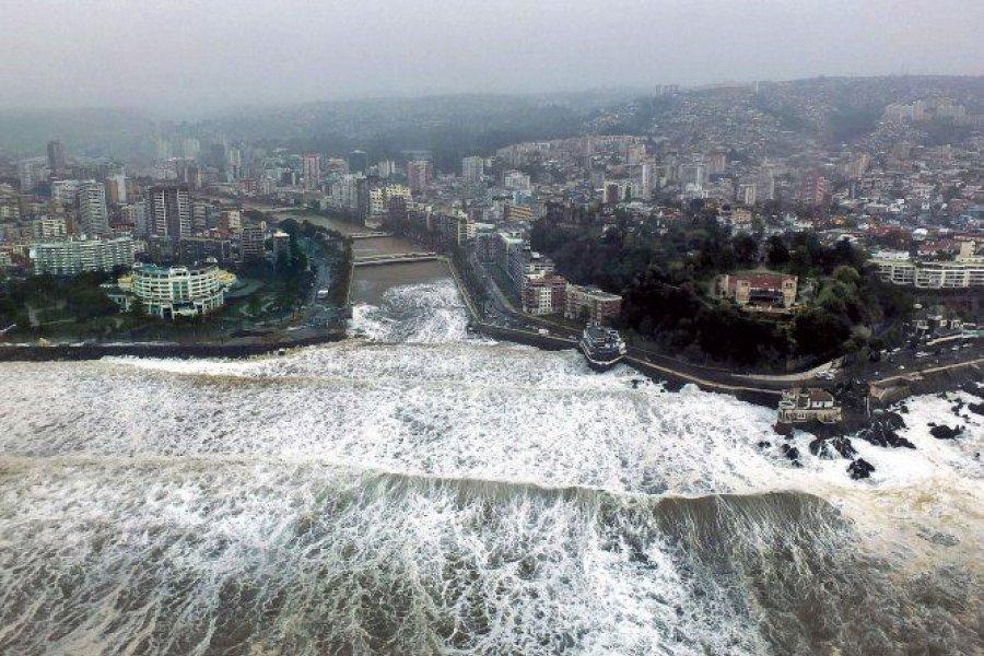 Ordenan evacuar a pobladores costeros de Chile por alerta de tsunami